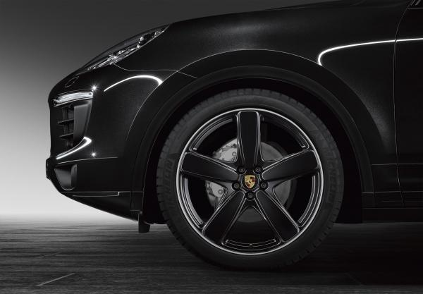 Porsche Cayenne Sport Classic wheel painted in black high-gloss and wheel arch extenders