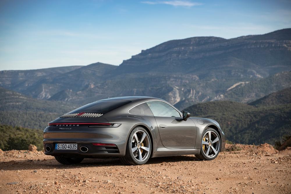 Porsche 992 arriere gris agathe 1