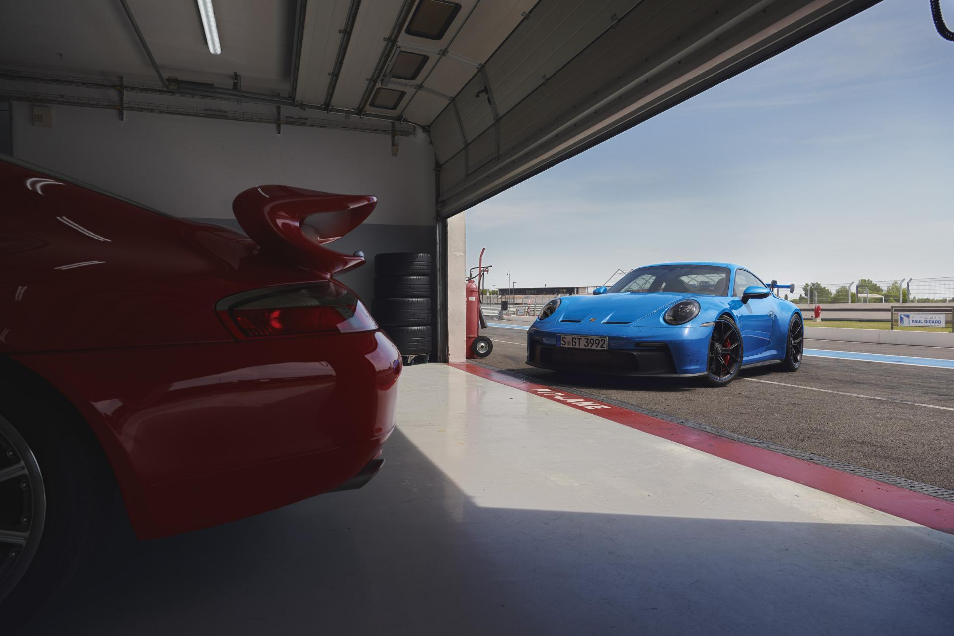 Porsche 992 gt3 bleu requin