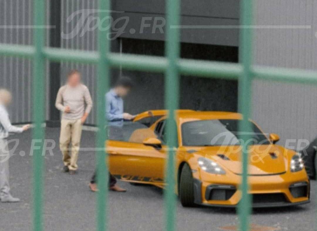 Porsche cayman gt4 rs jaune 2