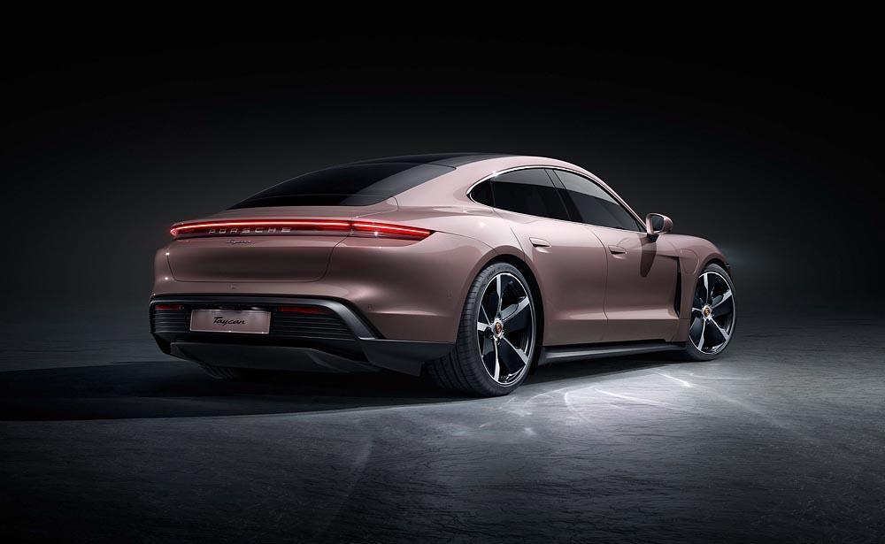 Porsche taycan baie givree arriere